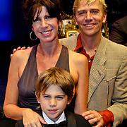 NLD/Amsterdam/200801010 - Premiere Sunset Boulevard, Anthonie kamerling met partner Isa Hoes en zoon Merlijn