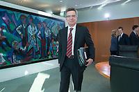 06 FEB 2013, BERLIN/GERMANY:<br /> Thomas de Maiziere, CDU, Bundesverteidigungsminister, mit Akten unter dem Arm, vor Beginn der Kabinettsitzung, Bundeskanzleramt<br /> IMAGE: 20130206-01-004<br /> KEYWORDS: Sitzung, Kabinett, Unterlagen, Thomas de Maizière