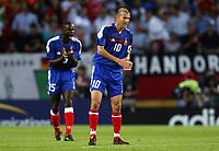 Fotball<br /> Euro 2004<br /> Portugal<br /> 25. juni 2004<br /> Foto: Dppi/Digitalsport<br /> NORWAY ONLY<br /> Kvartfinale<br /> Frankrike v Hellas<br />  ZINEDINE ZIDANE / LILIAN THURAM (FRA) AFTER THE THE GREEK GOAL