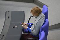 DEU, Deutschland, Germany, Berlin, 25.03.2020: Katja Kipping mit Schal als Mundschutz. Plenarsitzung im Deutschen Bundestag. Das Maßnahmenpaket der Bundesregierung zur Bekämpfung der Folgen der Coronakrise stand im Mttelpunkt der Debatte. Um Ansteckungen von Abgeordneten mit dem Coronavirus zu vermeiden, hat der Deutsche Bundestag für die Sitzung Vorkehrungen getroffen: Nur jeder Dritte Stuhl darf besetzt werden, zwei Plätze dazwischen müssen frei gehalten werden.
