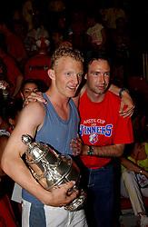 02-06-2003 NED: Huldiging bekerwinnaar FC Utrecht, Utrecht<br /> De spelers en de technische staf kregen een rondrit door de stad in een open Engelse dubbeldekker. Om 20.30 uur keert de stoet terug in Galgenwaard en zal in het stadion de officiële huldiging plaatsvinden / Dirk Kuyt