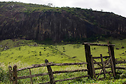Santo Antonio do Jacinto_MG, Brasil...Montanha rochosa em uma paisagem rural...The rocky mountain in rural landscape...Foto: LEO DRUMOND / NITRO.