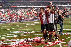 14-05-2017 NED: Kampioenswedstrijd Feyenoord - Heracles Almelo, Rotterdam<br /> In een uitverkochte Kuip pakt Feyenoord met een 3-1 overwinning het landskampioenschap / Spelers vieren feest na de 3-1 overwinning Jan-Arie van der Heijden #6, Eric Botteghin #33