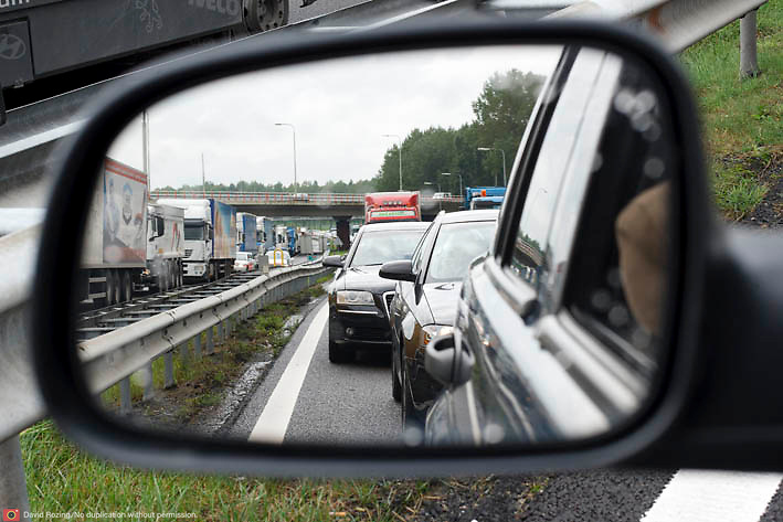 Nederland Rotterdam 30-09-2010 20100930..File op de rijksweg A16 op de oosterlijke ring,lange rijen met auto's staan stil. Traffic jam. Holland, The Netherlands, dutch, Pays Bas, Europe  achteruitkijk spiegel, achteruit kijk spiegel, ..Foto: David Rozing