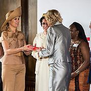 NLD/Amsterdam/20140523 - Koningin Maxima aanwezig bij Cordaid lunch voor stille helpers , Koningin Maxima krijgt het boek overhandigt een exemplaar van het boek ' gedreven helpers'