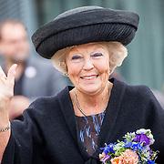 NLD/Tilburg/20170916 - Beatrix bij opening jubileum expositie 25 jaar museum De Pont, zwaaiend