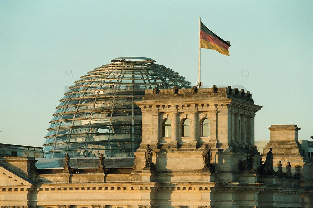 08 JAN 2001, BERLIN/GERMANY:<br /> Kuppel des Reichstagsgebaeudes, Sitz des Deutschen Bundestages, vom Brandenburger Tor aus gesehen<br /> IMAGE: 20010108-01/01-07<br /> KEYWORDS: Architektur