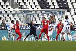 13.03.2016, Wildparkstadion, Karlsruhe, GER, 2. FBL, Karlsruher SC vs 1. FC Heidenheim, 26. Runde, im Bild Jan Zimmermann (Torwart/1.FC Heidenheim 1846 e.V.) haelt kurz vor Schluss eine Torchance von Karlsruhe // during the 2nd German Bundesliga 26th round match between Karlsruher SC and 1. FC Heidenheim at the Wildparkstadion in Karlsruhe, Germany on 2016/03/13. EXPA Pictures © 2016, PhotoCredit: EXPA/ Eibner-Pressefoto/ Bermel<br /> <br /> *****ATTENTION - OUT of GER*****