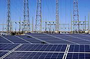 Nederland, Nijmegen, 9-5-2020 Op het terrein van de eind 2015 gesloten en afgekoppelde kolengestookte elektriciteitscentrale van Engie, gdf-suez is een veld vol zonnepanelen geplaatst en vormt een energiecentrale die stroom opwekt. De oude centrale wordt al gesloopt. De eigenaar wil aan de locatie een groene energiebestemming geven met twee grote windmolens en de zonnecentrale, Field of solar panels create electricity . Foto: Flip Franssen