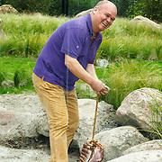 NLD/Rotterdam/20150626 - Paul de Leeuw opent nieuwe leeuwenverblijf Diergaarde Blijdorp, Paul de Leeuw legt het vlees neer