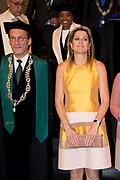 Koningin Maxima bij de inaugurele rede van professor Jumoke Oduwole, de nieuwe Prins Claus Leerstoelhouder, bij het International Institute of Social Studies (ISS) in Den Haag. <br /> <br /> Queen Maxima at the inaugural lecture of Professor Jumoke Oduwole, the new Prince Claus Chair holder at the International Institute of Social Studies (ISS) in The Hague.<br /> <br /> Op de foto / On the photo: rector van het ISS Leo de Haan, de nieuwe Prins Claus Leerstoelhouder Jumoke Oduwole en  Koningin Maxima <br /> <br /> rector of the ISS Leo de Haan, the new Prince Claus Chair holder Jumoke Oduwole and Queen Maxima