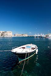 Barca ormeggiata nel porto di Gallipoli (LE), sullo sfondo il castello e le paranze.