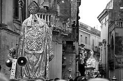 Lecce - Festeggiamenti in onore di Sant'Oronzo, San Giusto e San Fortunato. La statua di Sant'Oronzo esce da Piazza Duomo a Lecce. Sullo sfondo la statua di San Fortunato.