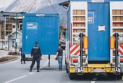 03.04.2020, Zell am See, AUT, Coronavirus in Österreich, im Bild Aufbauarbeiten der Kontrollpunkte der Polizei in die unter Quarantäne gestellten Bezirkshauptstadt während der Coronavirus Pandemie // Set up of police checkpoints into the quarantined City during the World Wide Coronavirus Pandemic in Zell am See, Austria on 2020/04/03. EXPA Pictures © 2020, PhotoCredit: EXPA/ JFK