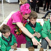 NLD/Makkum/20080430 - Koninginnedag 2008 Makkum, Laurentien kijkt bij het kleien van een scoutinggroep