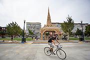Een fietser passeert de pagode op Octavia Street in San Francisco. De Amerikaanse stad San Francisco aan de westkust is een van de grootste steden in Amerika en kenmerkt zich door de steile heuvels in de stad. Ondanks de heuvels wordt er steeds meer gefietst in de stad.<br /> <br /> Cyclists in San Francisco. The US city of San Francisco on the west coast is one of the largest cities in America and is characterized by the steep hills in the city. Despite the hills more and more people cycle.