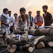 Lors des crémations, les femmes n'ont pas leur place sur le ghat