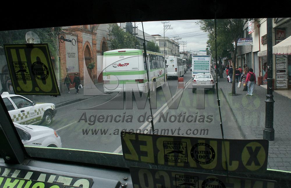 Toluca, México.- Choferes del  transporte público de pasajeros en la ciudad de Toluca  respaldan la medida tomada por el gobierno estatal al realizar exámenes toxicológicos  a los conductores del sistema público de transporte de pasajeros. Agencia MVT / José Hernández