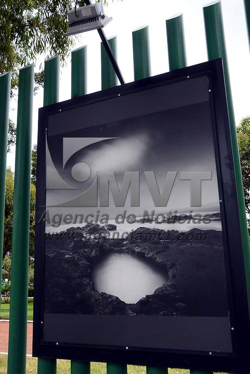 """Metepec, México.- Moisés Levy, famoso fotógrafo internacional, expone más de 50 obras, """"Luces, sombras, Formaciones, Raíces y Estructuras"""", en el parque Árbol de la Vida, en el municipio de Metepec, junto al nuevo parque lineal que se encuentra en un 70 % de avance. Agencia MVT / José Hernández"""