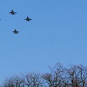 NLD/Breda/20130327 - HMH Konining Beatrix brengt decoratie Kosovo 1999 aan op vaandel Koninklijke Luchtmacht, fly past F16's en tankervliegtuig