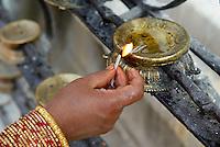 Nepal. Vallee de Katmandou. Stupa de Swayambunath. Offrande matinal. // Nepal. Kathmandu valley. Swayambunath stupa. Morning offering.