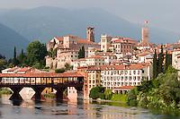 BASSANO DEL GRAPPA (VI) E IL PONTE DEGLI ALPINI (architetto Andrea Palladio 1569) SUL FIUME BRENTA, VENETO, ITALIA