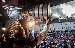 15.04.2016, Kapitelplatz, Salzburg, AUT, EBEL, Meisterfeier EC Red Bull Salzburg, im Bild Pehr Ledin (EC Red Bull Salzburg) // Pehr Ledin (EC Red Bull Salzburg) during the Erste Bank Icehockey Liga Championships Party of EC Red Bull Salzburg at the Kapitelplatz in Salzburg, Austria on 2016/04/15. EXPA Pictures © 2016, PhotoCredit: EXPA/ JFK
