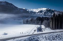 THEMENBILD - Spaziergänger in der winterlichen Landschaft mit dem Kitzsteinhorn , aufgenommen am 22. Januar 2020 in Kaprun, Österreich // Strollers in the winter landscape with the Kitzsteinhorn, Kaprun, Austria on 2020/01/22. EXPA Pictures © 2020, PhotoCredit: EXPA/ JFK