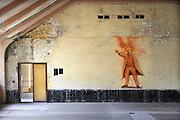 Duitsland, Elstal, 22-7-2012Serie mbt het olympisch dorp van de spelen in 1936 in Berlijn. Het terrein en de overgebleven gebouwen worden de komende jaren door een Duitse stichting opgeknapt en daarna opengesteld voor publiek. Nu is alleen het paviljoen war ook de Amerikaanse zwarte atleet Jesse Owens verbleef in oude luister hersteld en te bezichtigen.Andere zichtbare overblijfselen zijn trainingsfaciliteiten zoals de sporthal, het zwembad en de atletiekbaan. Ook het gebouw waar gegeten werd, Speisehaus der Nationen, en het zgn. Hindenburghaus staan er nog. In het laatste was ook een theater en filmzaal die door de Russen werd gebruikt.  Die hebben een grote afbeelding van Lenin op de muur geschilderd. Zij nestelden zich op het terrein na de oorlog en bleven er tot 1992.Foto: Flip Franssen/Hollandse Hoogte