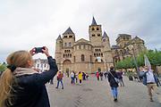 Duitsland, Trier, 26-9-2020  Een toerist maakt een foto van de beroemde Dom van Tier. Deze stad met een rijk romeins verleden en het moezeldal is een populaire vakantiebestemming . Het romantische landschap met water en wijnteelt op terrassen tegen de hellingen trekt veel vakantiegangers .Foto: ANP/ Hollandse Hoogte/ Flip Franssen