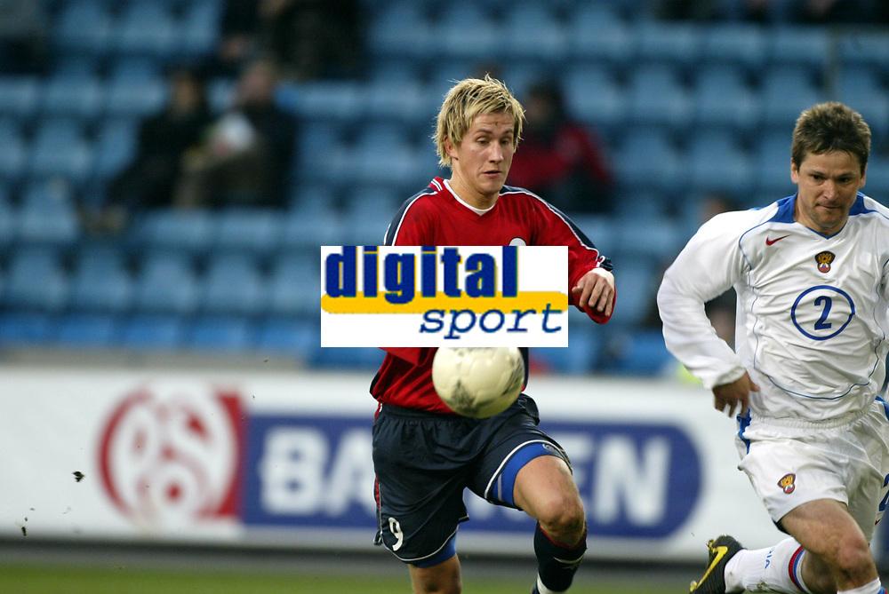 Fotball, 28. april 2004, Privatlandskamp, Norge-Russland 3-2, Morten Gamst Pedersen, Norge, mot Vadim Evseev, Russland