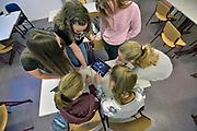 Nederland, Nijmegen, 28-11-2017Sexting project Dominicus College. De GGD wil een voorlichtingsfilmpje maken en havoscholieren denken in groepjes mee over de verhaallijn voor een video.Foto: Flip Franssen