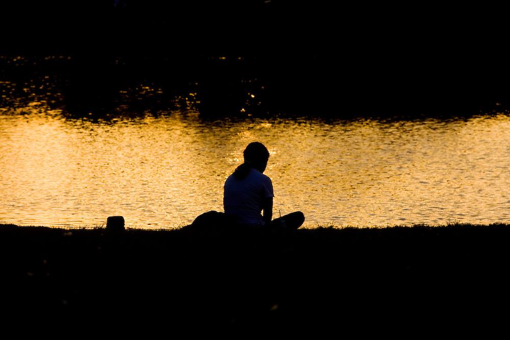 Sao Paulo_SP, Brasil...Silhueta de uma pessoa proxima a um lago no Parque do Ibirapuera...A person silhouette next to a lake in Ibirapuera Park...Foto: MARCUS DESIMONI / NITRO