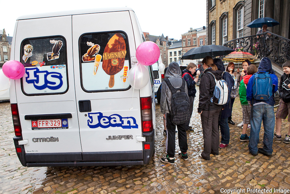 358358-Ijsesstunt nieuwe ijssalon 'Jean' in Lier-trouwers Peter Verelst en Ann Michiels-Grote Markt lier