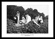 Machen Sie ein Reise durch irische Geschichte mit unseren alten, irischen schwarz und weiss Fotos. Es sind Geschenke die Ihren Grossvater wirklich erfreuen, an seinem besonderen Tag. Kreative Weihnachtsgeschenke aus Irland die in die USA verschickt wurden. Waehlen Sie Ihren lieblings Abzug aus alten, irischen Fotos aus Irland. Erhaeltlich im Irish Photo Archive.
