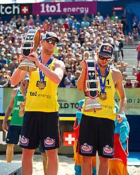 10-07-2011 VOLLEYBAL: FIVB WORLD TOUR BEACHVOLLEYBAL: GSTAAD<br /> (L-R) Jonas Reckermann, Julius Brink GER bronzen medaille, koebellen<br /> ©2011-www.FotoHoogendoorn.nl / Peter Schalk