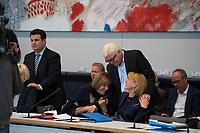 DEU, Deutschland, Germany, Berlin, 18.10.2016: Bundesaussenminister Frank-Walter Steinmeier mit den beiden Bundestagvizepräsidentinnnen der SPD, Ulla Schmidt und Dr. Edelgard Bulmahn, vor Beginn der Fraktionssitzung der SPD im Deutschen Bundestag. Links Hubertus Heil.