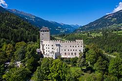THEMENBILD - Das Schloss Bruck wurde in den Jahren 1252 bis 1277 von den Görzer Grafen errichtet und diente ihnen bis ins Jahr 1500 als Wohnsitz. Heute ist das Schloss ein Museum der Stadt Lienz und beherbergt viele Bilder des aus Lienz stammenden Malers Albin Egger-Lienz. Es werden immer wieder Kinderworkshops und Ausstellungen (z. B. die Landesausstellung 2000, die Osttirol, Brixen und Trentino umfasste) durchgeführt. Die Umgebung des Schlosses mit dem malerischen Wäldchen um einen kleinen Teich nahe dem Tor ist ein beliebtes Gebiet für Spaziergänge und Ausgangspunkt vieler Wanderwege. Das Schloss ist von Mitte Mai bis Ende Oktober geöffnet. 2007 erhielt das Museum den Tiroler Museumspreis. Aufgenommen am Dienstag 3. September 2019 in Lienz // Schloss Bruck was built between 1252 and 1277 by the Counts of Gorizia and served as their residence until 1500. Today, the castle is a museum of the city of Lienz and houses many pictures of the painter Albin Egger-Lienz from Lienz. There are always children's workshops and exhibitions (eg the national exhibition 2000, which included Osttirol, Bressanone and Trentino). The surroundings of the castle with the picturesque grove around a small pond near the gate is a popular area for walks and starting point of many hiking trails. The castle is open from mid-May to the end of October. In 2007, the museum received the Tyrolean Museum Prize. Taken on Tuesday, September 3, 2019 in Lienz.