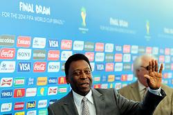 Pelé chega para a cerimônia do sorteio dos grupos da Copa de 2014, na Costa do Sauípe, Bahia. FOTO: Jefferson Bernardes/ Agência Preview