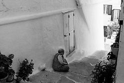 """""""Salento on Street"""".e? un lavoro fotografico che ha come oggetto scene quotidiane, che avvengono in strada o in luoghi pubblici salentini...centro storico di ostuni-donna siede al fresco durante un afoso pomeriggio estivo"""
