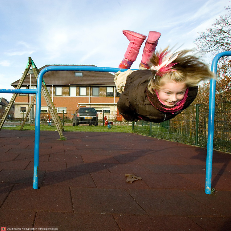 Nederland 's-Gravendeel 29 december 2006 2001229.Meisje slingert aan hangrek op speelplaats..Foto David Rozing