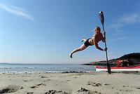 Jump around with a paddle on sandy beach - hopper på sandstrand med padleåre