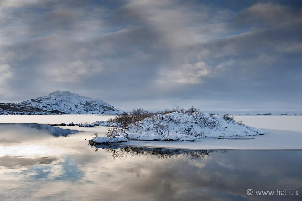 Mountain scenery at the lake Thingvallavatn, Iceland - Fjallasýn við Þingvelli