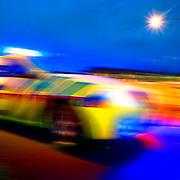 Nederland Zwijndrecht 8 janurari 2007 ?.De veel goedkopere solo-ambulance, waarin de verpleegkundige zelf rijdt, wordt in de rustige uren gedirigeerd naar ambulanceposten waarvan de gewone ambulance al is uitgerukt. Daar 'houdt hij de wacht' en rukt zonodig zelf uit. Zodoende wordt voorkomen dat een gebied tijdelijk 'onbewaakt' is.De ziekenwagen waarmee een verpleegkundige alleen op pad gaat in Zuid-Holland Zuid, de 'Rapid Responder', doet zijn werk goed...Ambulance komt met Rapid Responder.De ambulancedienst Zuid Holland Zuid gebruikt een nieuw wapen in de strijd tegen de overschrijding van aanrijtijden..Elke ambulance moet binnen 15 minuten op de plek zijn waar hulpverlening nodig is. Met de zogenaamde Rapid Responder auto moet Zuid-Holland Zuid die belofte beter waar kunnen maken..De nieuwe norm van maximaal 5 procent overschrijdingen van de aanrijtijd van een kwartier wordt pas in 2007 gehaald, maar als het even meezit is er volgend jaar al sprake van verbetering...Op 28 september 2005 heeft het Algemeen Bestuur van AmbulanceZorg Nederland (AZN) het beleidsdocument en de richtlijn 'First en Rapid Responder' vastgesteld. De directe aanleiding voor het opstellen van het beleidsdocument en de daaruit voortvloeiende richtlijn werd gevormd door de gezamenlijke beleidsvisie first responder van de ministeries van VWS en BZK.??Een first responder is een hulpverlener, die als eerste ter plaatse komt en competent is eerste hulp te verlenen in een situatie waarbij dit noodzakelijk is. Een bijzondere variant van de first responder is de rapid responder. De rapid responder is ALS-opgeleid en kan patiënten zelfstandig behandelen, een first responder is BLS-opgeleid en is niet bevoegd patiënten zelfstandig te behandelen. ??De richtlijn treedt per 1 januari 2006 in werking en is van toepassing op de inzet van first en rapid responders op verzoek van c.q. in opdracht van de RAV. ??De vastgestelde richtlijn is gebaseerd op het standpunt van AZN met betrekking tot de first respond