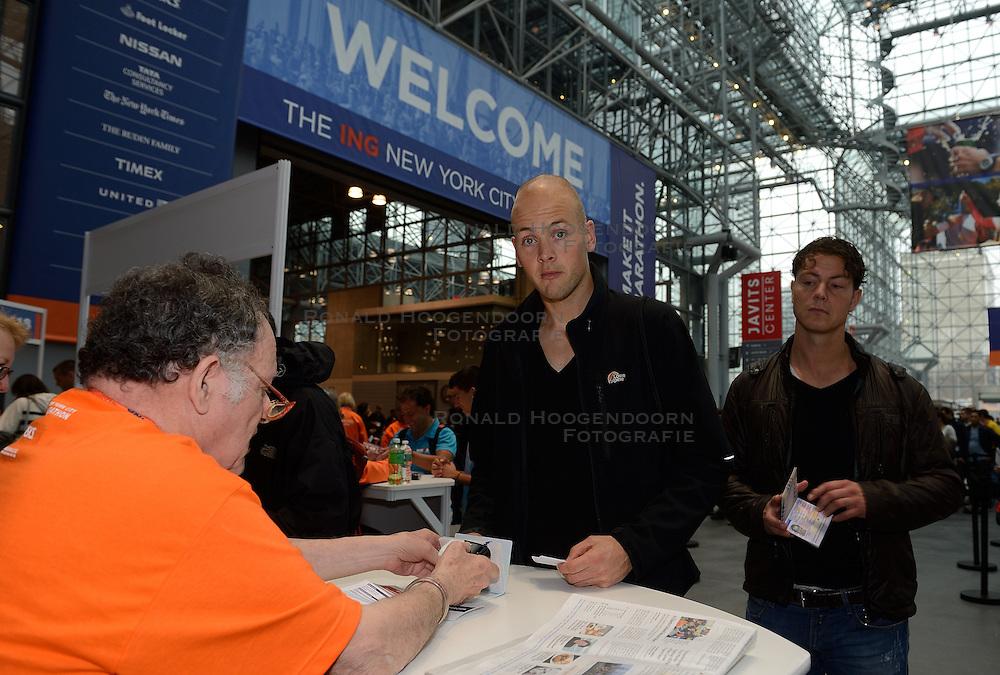 01-01-2013 ALGEMEEN: BVDGF NY MARATHON: NEW YORK <br /> Lange rijen in het Health and Fitness EXPO center voor het ophalen van de startnummers / Jeroen en Geert-Jan<br /> ©2013-WWW.FOTOHOOGENDOORN.NL