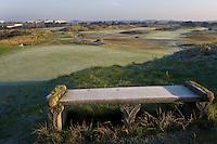 ZANDVOORT - De golfbaan van de Kennemer Golfclub, waar ook in 2008 het Dutch Open voor mannen zal worden gehouden. Op de foto: Het stenen bankje bij de green van C6 of 15. Copyright Koen Suyk