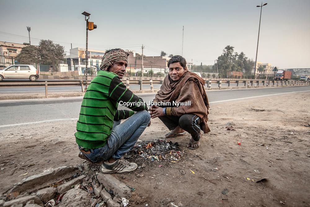 Delhi 2017 03 09 Indien<br /> Två män vid en liten eld bredvid en liten vägrestaurang <br /> <br /> <br /> ----<br /> FOTO : JOACHIM NYWALL KOD 0708840825_1<br /> COPYRIGHT JOACHIM NYWALL<br /> <br /> ***BETALBILD***<br /> Redovisas till <br /> NYWALL MEDIA AB<br /> Strandgatan 30<br /> 461 31 Trollhättan<br /> Prislista enl BLF , om inget annat avtalas.