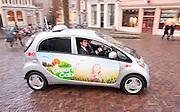 Prins Maurits rijdt een rondje in een elektrische taxi in Utrecht als het startschot gegeven voor de Green Cab proeftuin, een project om ervaring op te doen met elektrische taxi's. In eerste instantie gaan er zes taxi's op elektrische energie rijden. Over een paar maanden moeten dat er veertig zijn. Het project loopt tot 2012.<br /> <br /> Prince Maurits is riding with an electric driven cab to start a project with the environment friendly vehicles.