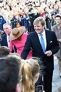 Koning Willem Alexander en Koningin Maxima brengen streekbezoek aan Krimpenerwaard  ////  King Willem Alexander and Queen Maxima bring regional visit to the Krimpenerwaard<br /> <br /> Op de foto / On the photo:  Aankomst van de  Koning en  Koningin bij het gemeentehuis van Krimpen aan den IJssel<br /> <br /> Arrival of the King and Queen at the town of Krimpen aan den IJssel