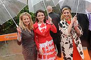Koninginnedag 2010 . De Koninklijke familie in het zeeuwse Wemeldinge. / Queensday 2010. The Royal Family in Wemeldinge<br /> <br /> op de foto / on the photo :  Prinses Mabel , Prinses Aimee , Prinses Maxima